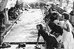 Entrañable imagen de mediados del pasado siglo donde se observan a mujeres lavando ropa en la fuente